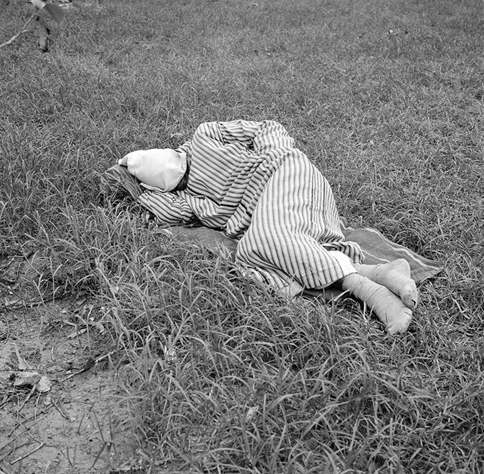 Yto Barrada / Yto Barrada - Public park - Sleepers - figure 3 - Tanger / Série Jardin Public- dormeur figure 3 / C-print 125 x 125 cm , edition of 5, one size / 2006
