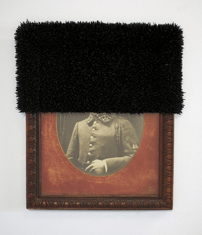 Harald Fernagu / Les grands inconnus / Les grands inconnus / Photographie encadrée d'un poilu, coquillage, peinture noire, 2015 / 50 x 44 x 6 cm
