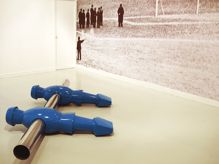 Patrick Guns / Himmelblau / Résine, acier et papier peint / dimensions variables