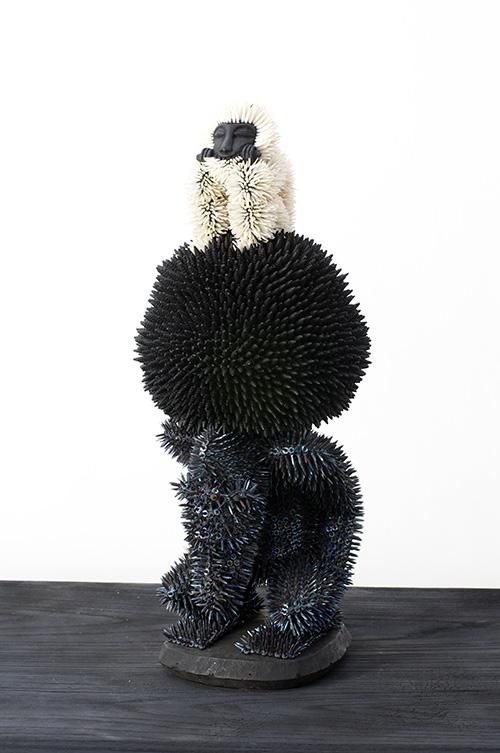 Harald Fernagu / White monkey / Dentale, rhinoclavis, semences de tapissier, sculpture africaine du commerce touristique - Mixed media, shells and upholstery tacks / 54 x 22 x 24 cm / 2019