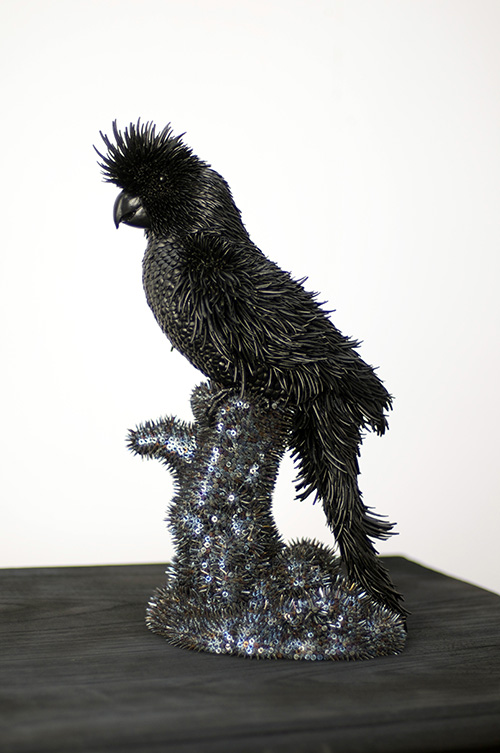 Harald Fernagu / Black cockatoo / Semences de tapissier, dentales, peinture noire sur péroquet vintage de décoration - Ceramic and upholstery tacks / 44 x 27 x 20 cm / 2019