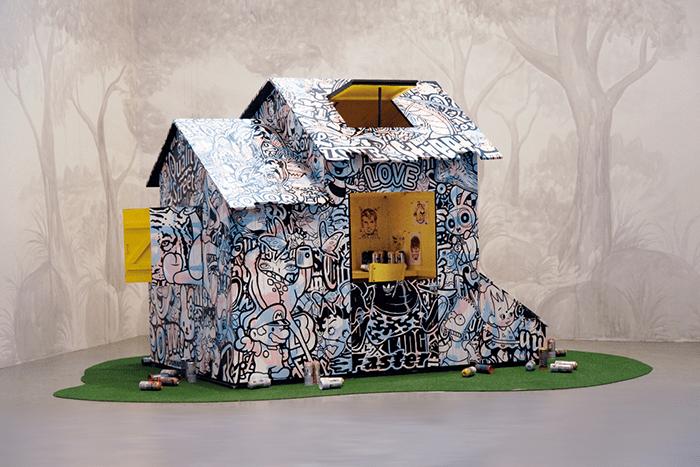 Speedy Graphito / Ma Cabane / Acrylique sur bois et pelouse / 300 x 200 x 250 cm / 2010