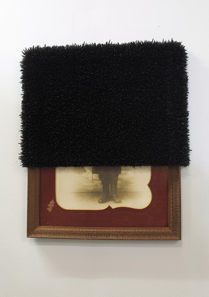 Harald Fernagu / Les grands inconnus / Les grands inconnus / Photographie encadrée d'un poilu, coquillages, peinture noire / 2015