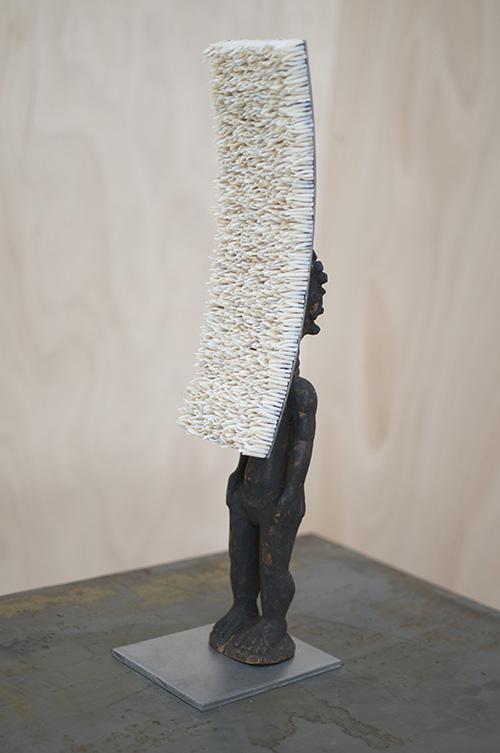 Harald Fernagu / Mes colonies, Parabole / Technique mixte, coquillages, métal, statuette africaine du commerce touristique contemporain / 48 x 15 x 11 cm / 2019