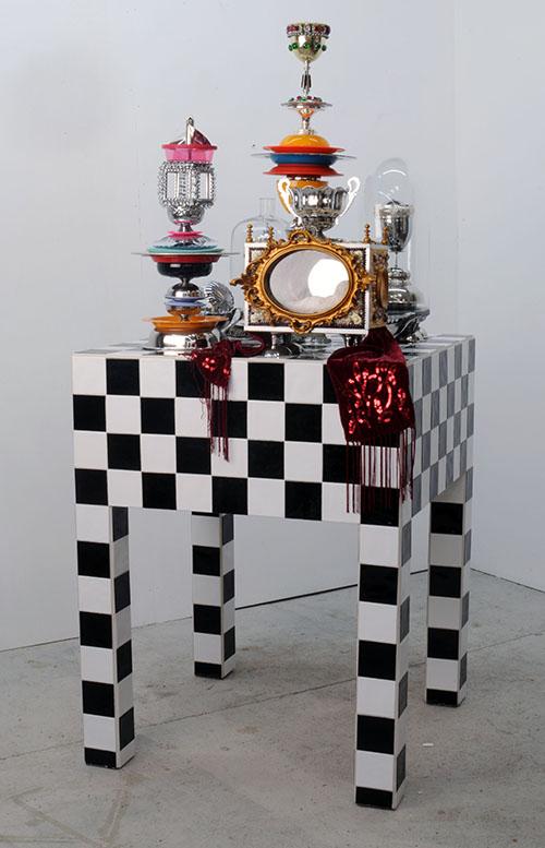 Harald Fernagu / Reliquaire / 210 x 90 x 90 cm / Technique mixte : carrelage, objets détournés, récupérations / 2008