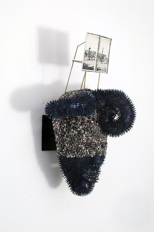 Harald Fernagu / Mes Colonies, Masque EKOI / Technique mixte : semences de tapissier, coquillages (NASSARIUS COLUMBELLA), masque africain du commerce touristique, Cameroun / 51 x 29 x 25 cm / 2020