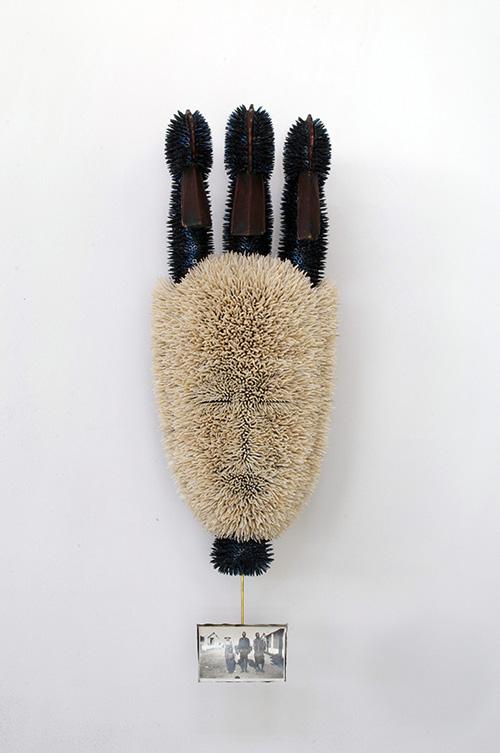Harald Fernagu / Mes Colonies, Masque Balafon / Technique mixte : semences de tapissier, coquillages (Dentallium), masque africain du commerce touristique, Côte d'Ivoire, photographie amateur 1929 / 71 x 25 x 13 cm / 2020