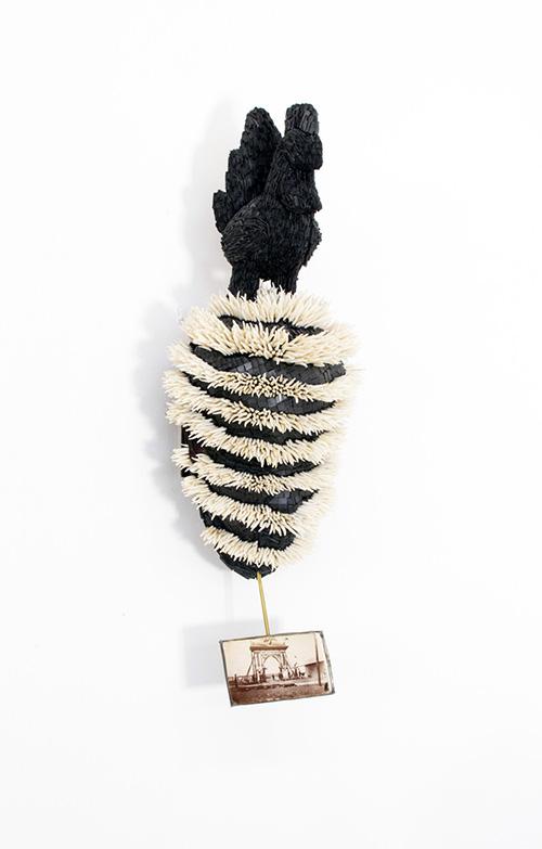 Harald Fernagu / Mes Colonies, Masque de chef / Technique mixte : mosaïque d'ardoise, coquillages (Dentallium), masque africain du commerce touristique, Côte d'Ivoire, photographie amateur / 59 x 20 x 17 cm / 2020