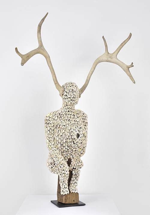 Harald Fernagu / Génie de la forêt / Technique mixte, statuette africaine et coquillages avec bois (de mue naturelle) / 81 x 51 x 17 cm / 2020